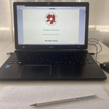 Computer mit Titelseite der Bachelorarbeit