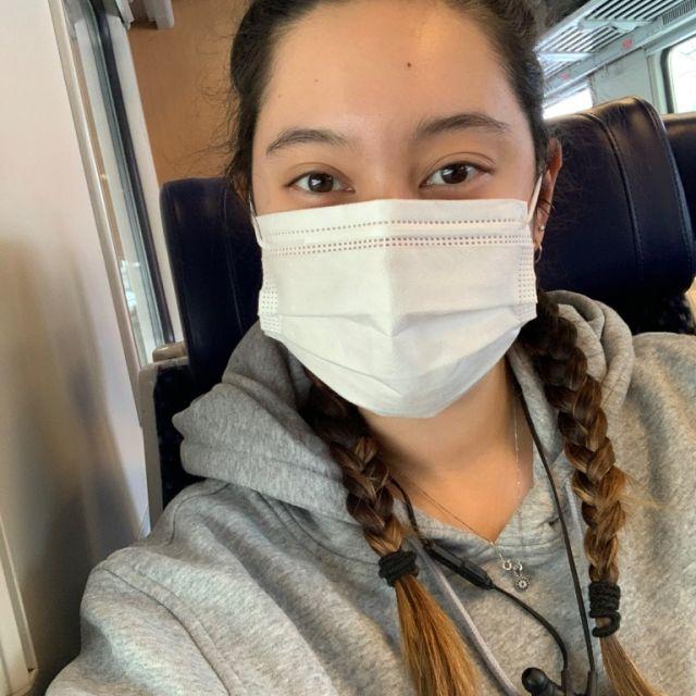 Mensch in Zug mit Maske