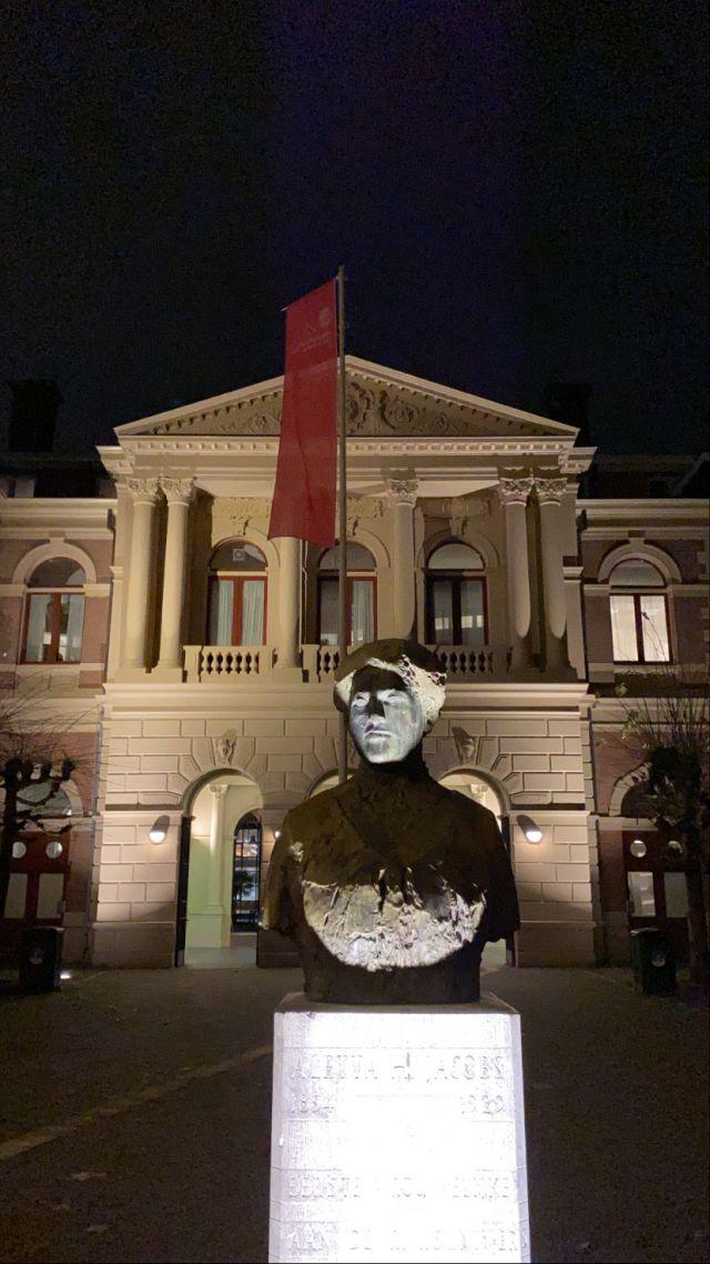 Hier sind man, angeleuchtet, denn es ist Nacht, die Statue Aletta Jacobs.