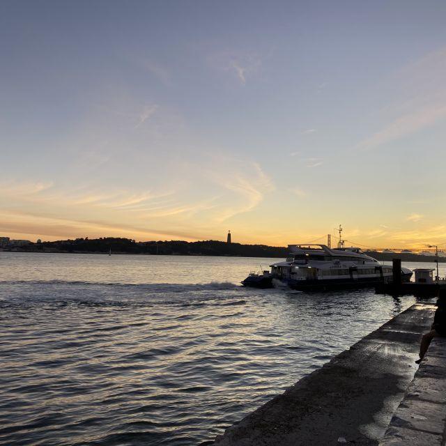 Der Sonnenuntergang am Fluss Tejo bei Lissabon.