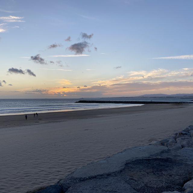Die Sonne beginnt langsam im Meer zu versinken.