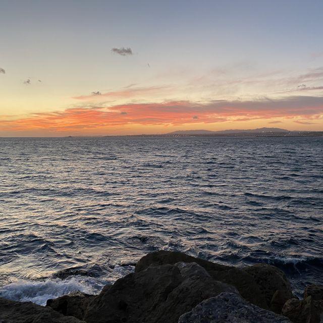 Kräftig orange leuchtet der Himmel über dem Meer.