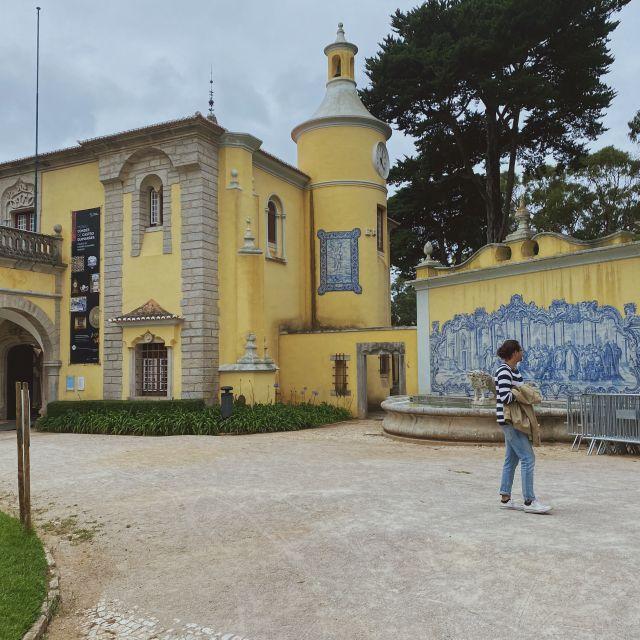 Die Parkanlage in Cascais mit dem großen gelben Gebäude.