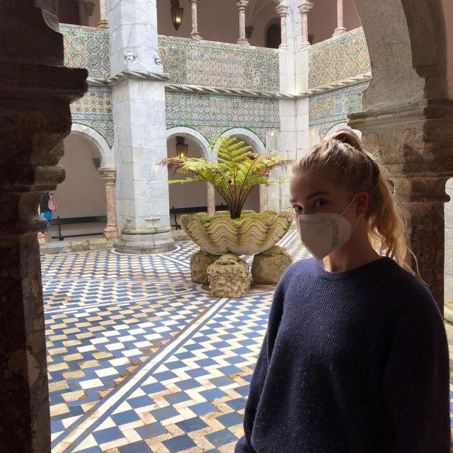 Foto von mir im Innenhof des Palasts.