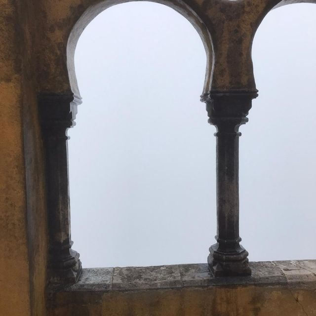 dicker Nebel hängt über dem Tal und es ist nichts zu erkennen.