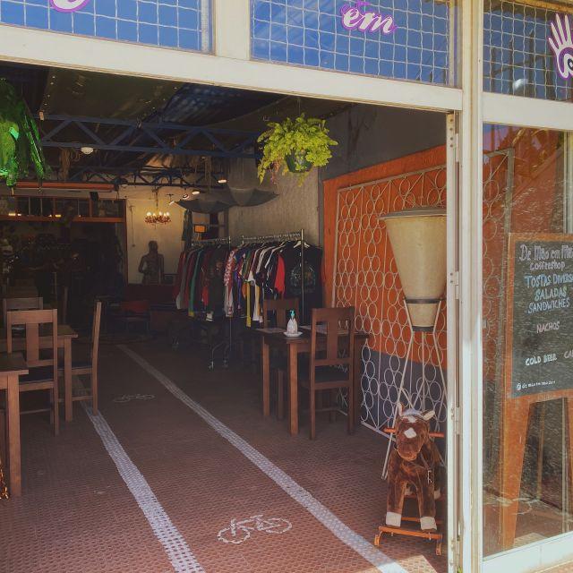 Die Eingangstür zum Secondhand Laden in Sintra.
