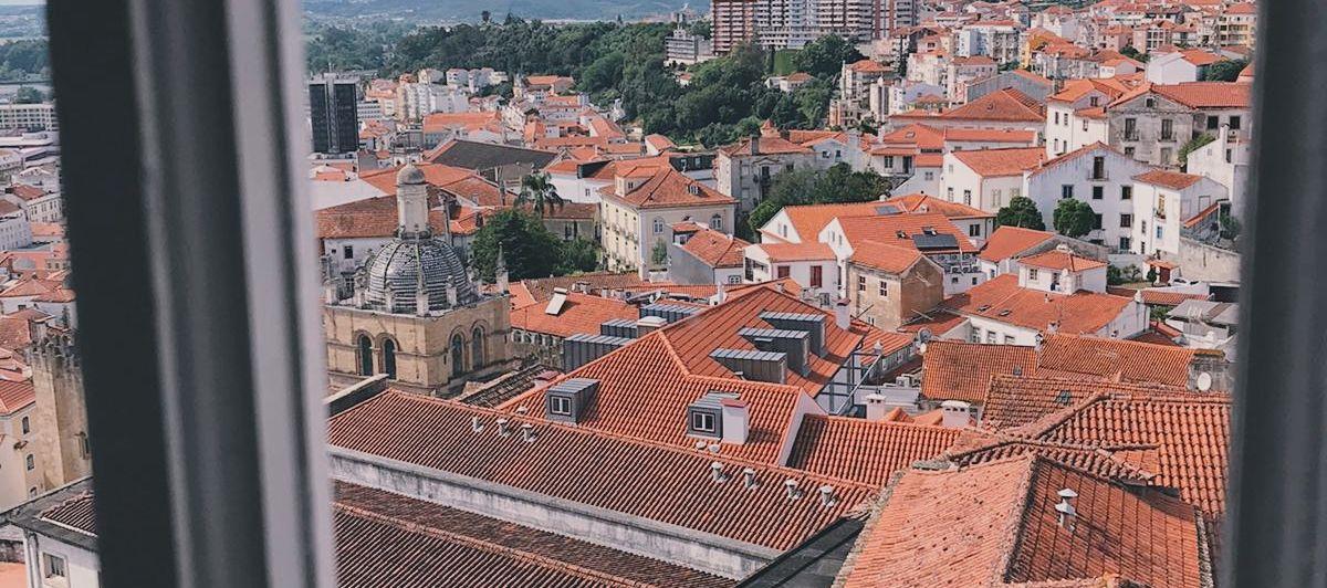 Ausblick aus einem Palastfenster auf die Altstadt mit ihrem vielen roten Ziegeldächern.