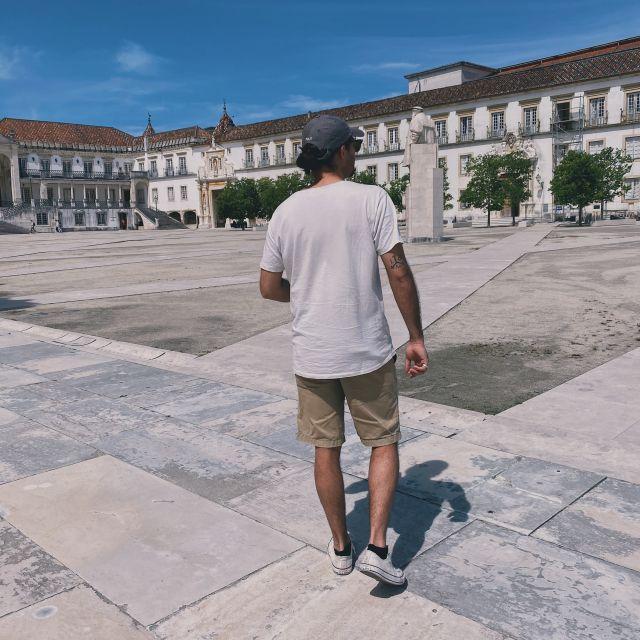 Mein Freund Gianni läuft über den großen Innenhof des Universitätspalasts in Coimbra.