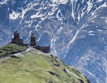 Eins der bekanntesten Motive Georgiens: die Dreifaltigkeitskirche in Kazbegi…