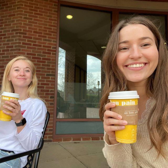 Sarah und Nicola beim Kaffee trinken.