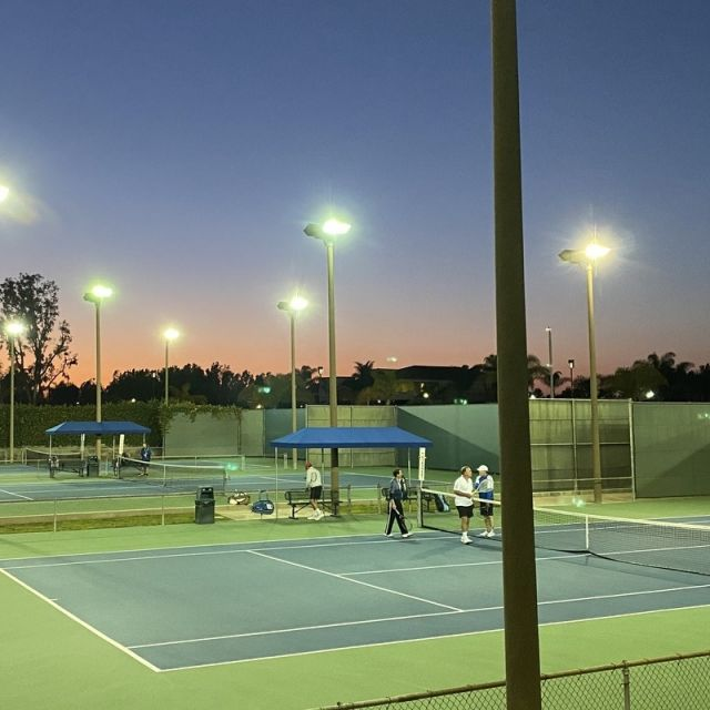 Tennis-Court bei Abendsonne.