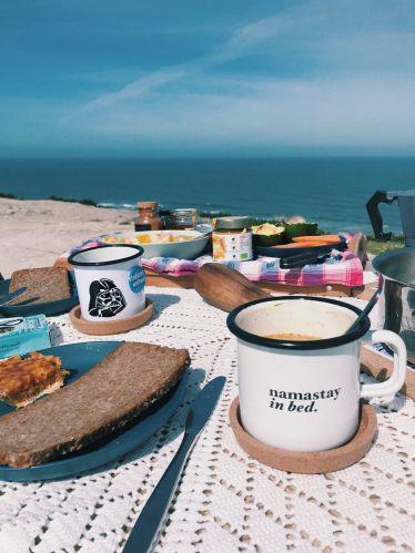 Portugiesische Mandeltarte, heißer Kaffee und Blick aufs Meer. Das perfekt…