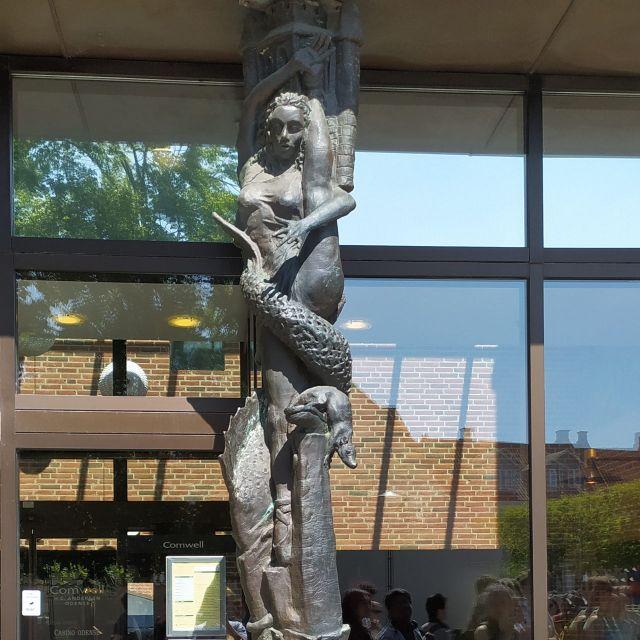 Statue mit Symbolen aus Hans Christian Andersens Märchen
