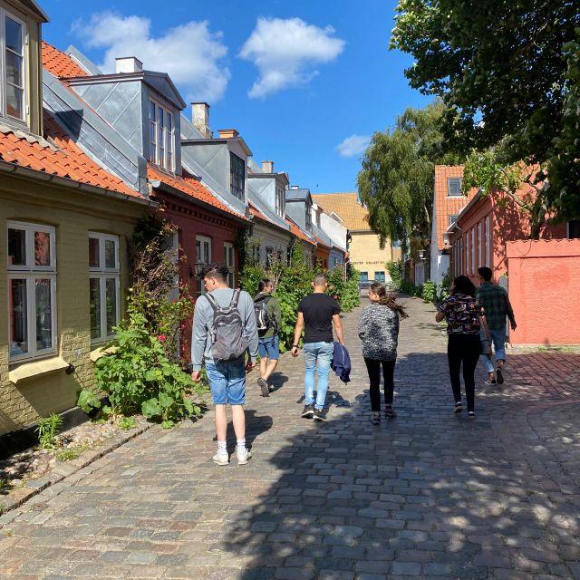 Gasse in Aarhus mit Fachwerkhäusern.
