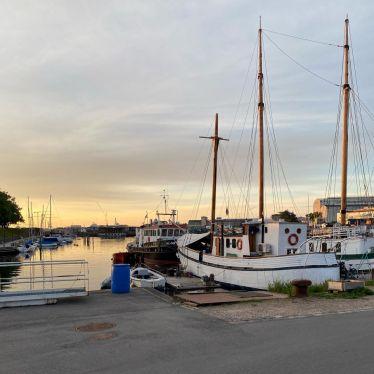 Boote am Hafen mit Sonnenuntergang