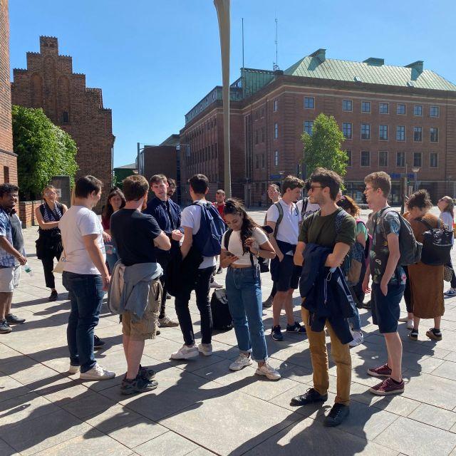 Reisegruppe steht vor einer Kirche in Odense