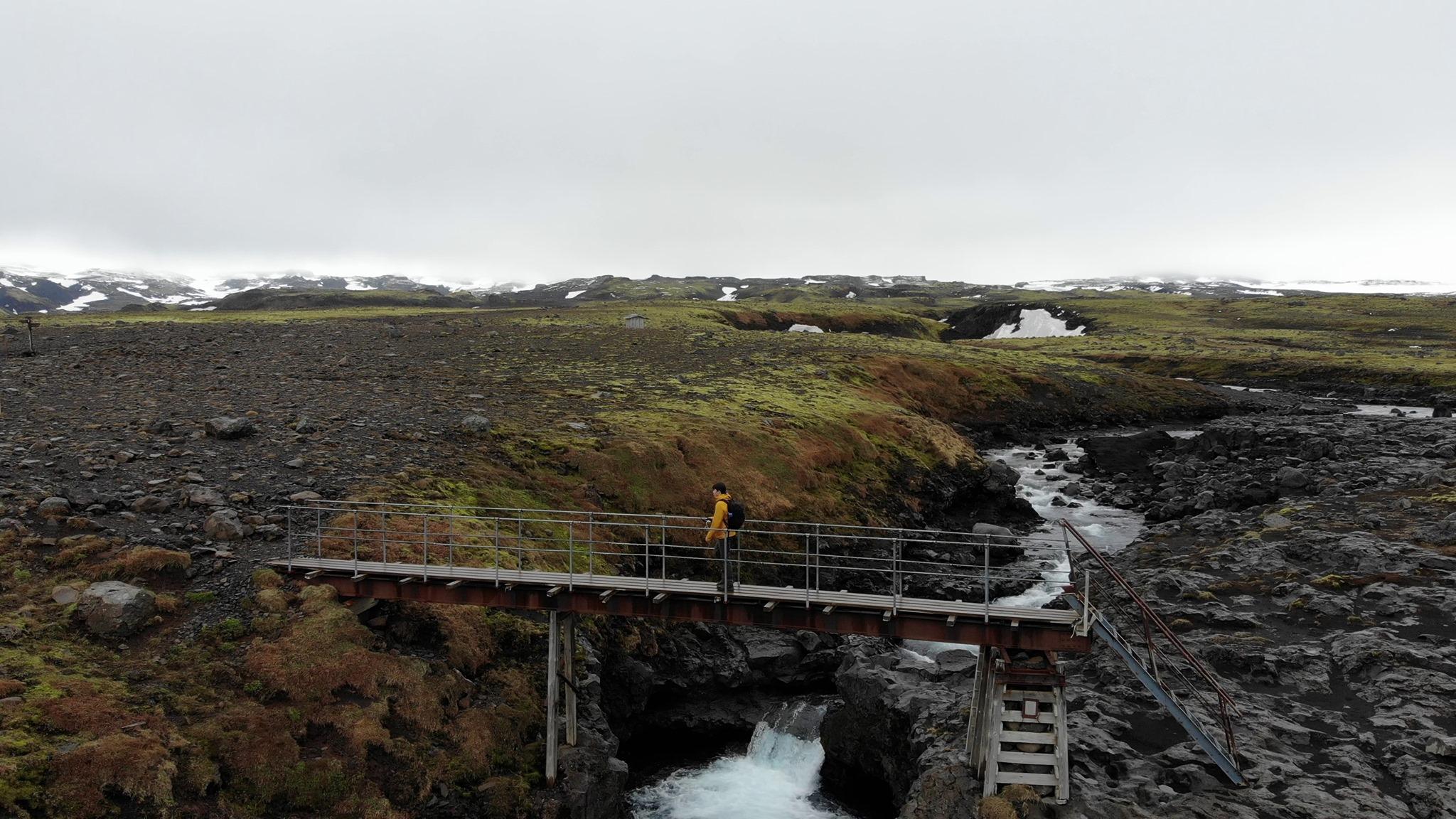 90% von Island: Schwarze Steine, grüne Wiesen, Bäche und Schnee.…