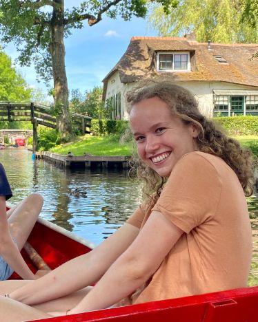 Hier sieht man mich lachend auf dem Boot.
