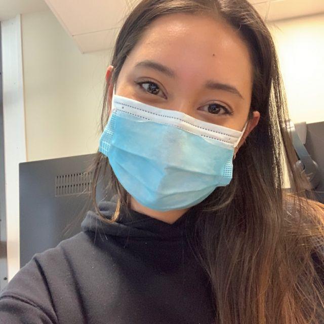 Selfie einer Studentin an der Uni