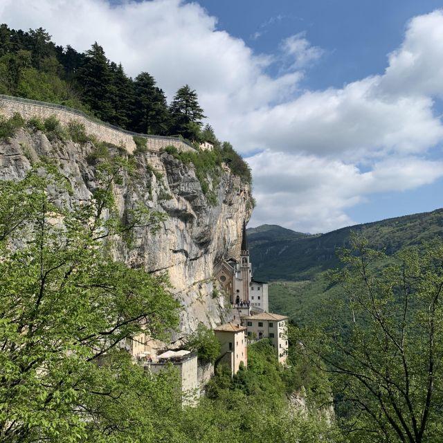 eine Kirche, die in den Berg gebaut ist