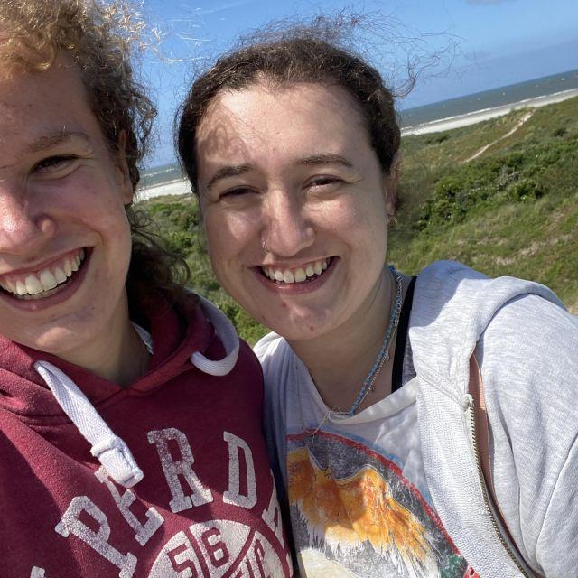 Man sieht ein Selfie meiner Freundin und mir auf den Dünen Schiermonnikoogs.