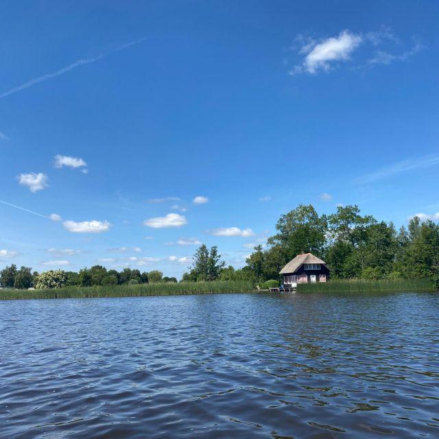 Auch hier sieht man den See. Rechts erkennt man ein kleines Häuschen am Wasser.