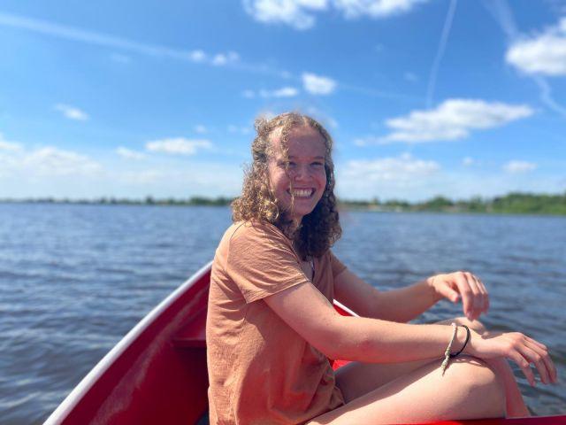 Man sieht mich auf dem Boot. Wir sind auf dem See. Ich lache ausgelassen.