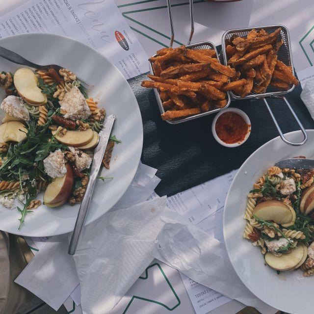 Mittagspause: zwei große Teller Nudelsalat und Süßkartoffelpommes.