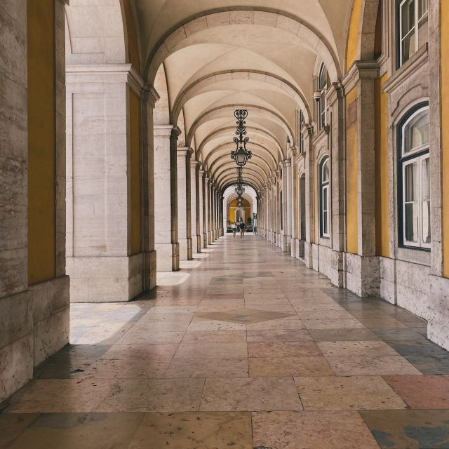 Blick durch eine Säulenhalle in Lissabon.