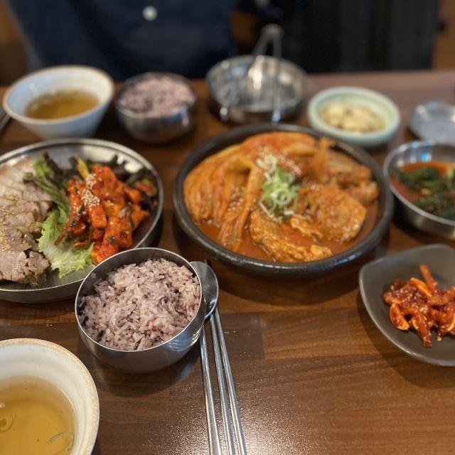 Koreanisches Essen: Kimchi und Schweinefleisch