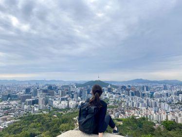 Blick auf die Skyline Seouls beim Wandern