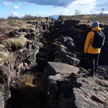 Ein Riss in der Erde im Nationalpark Þingvellir. Jedes Jahr driften die…