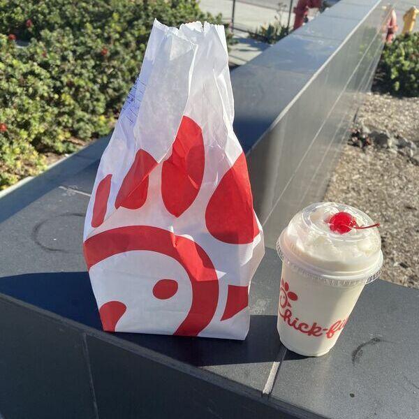 Fast-Food Tüte und ein Shake
