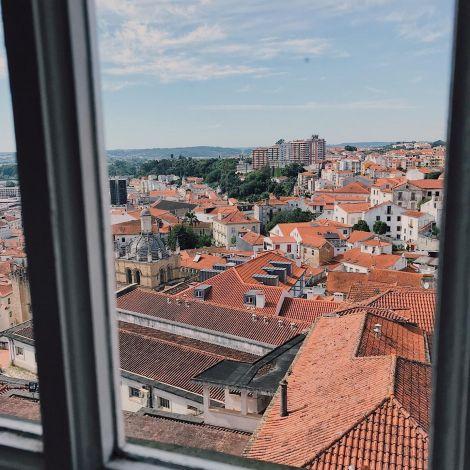 Aussicht aus einem Fenster des Palácio da Justiça auf die Altstadt von…