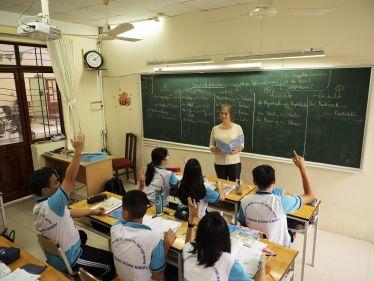 Annabelle vor einer Klasse in Vietnam