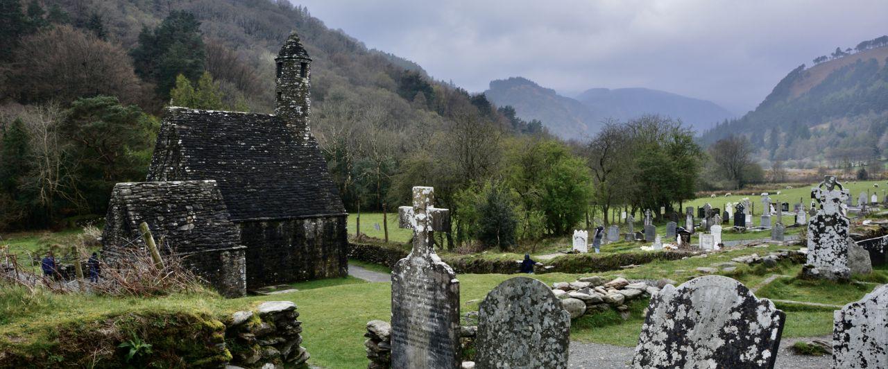 Kirche mit Grabsteinen im Glendalough