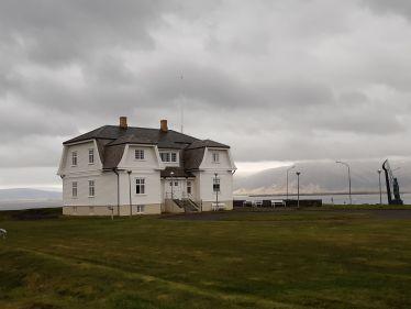Weißes Häusschen an der Küste von Reykjavik.