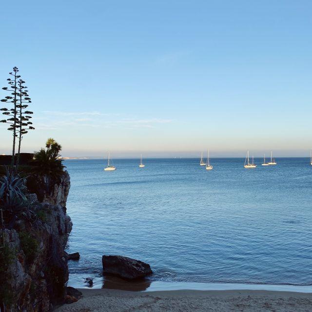 Ausblick auf das ruhige Meer und die langsam untergehende Sonne.