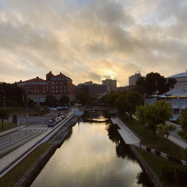 Der Himmel spiegelt sich im Wasser des Kanals