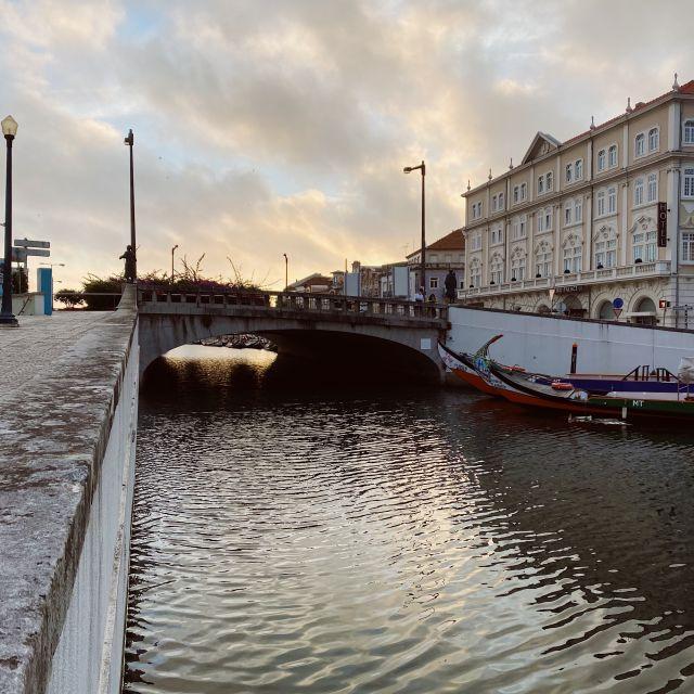 Eine Brücke führt über den Kanal der Stadt.