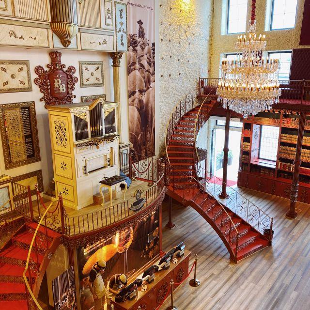 Blick von oben auf die Orgel und die geschwungene Treppe im Laden.