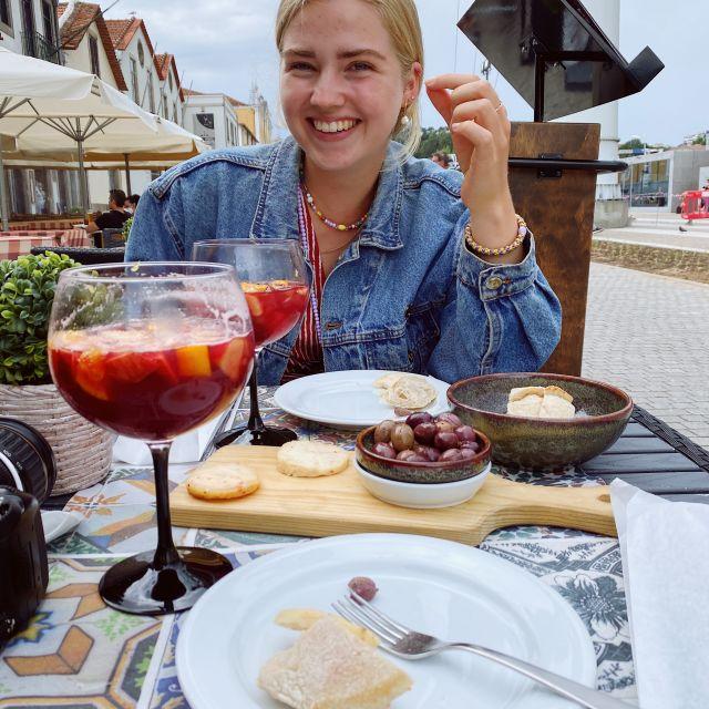 Käse, Oliven, Brot und Sangria stehen auf dem Tisch.