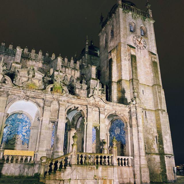 Die beleuchtete Kathedrale von Porto.