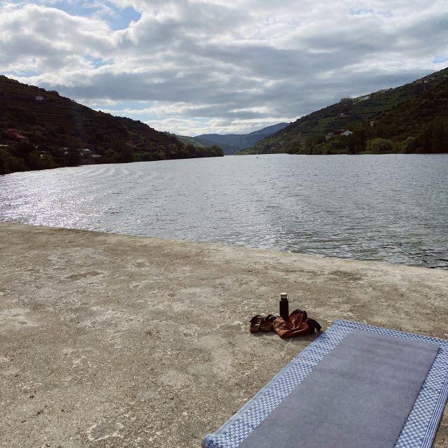 Eine Yogamatte liegt am Flussufer