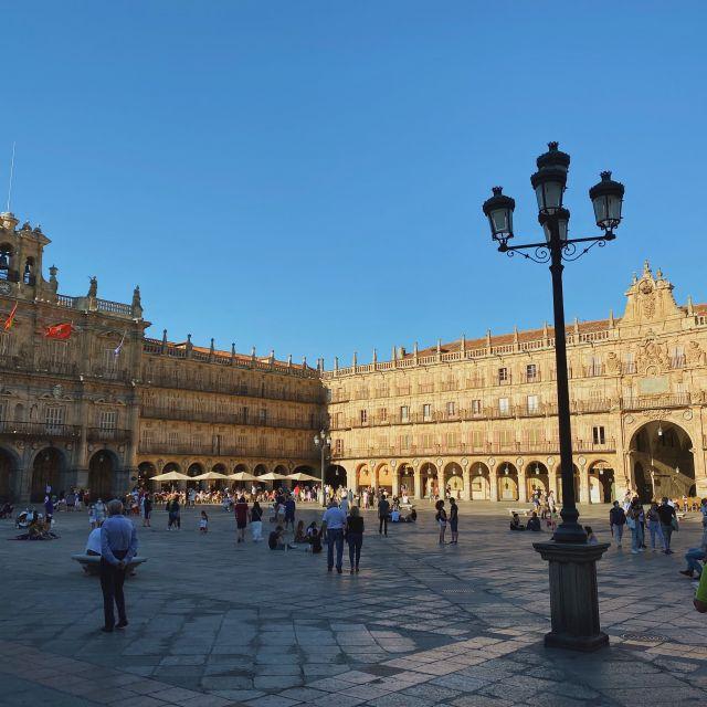Der von der Sonne beleuchtete Hauptplatz im Zentrum der spanischen Stadt.