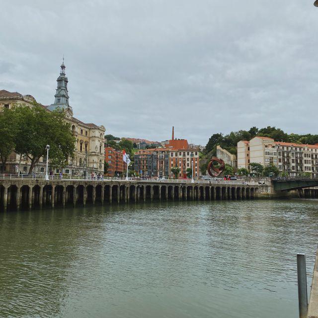 Von der Uferpromenade aus kann man bereits die Altstadt sehen.