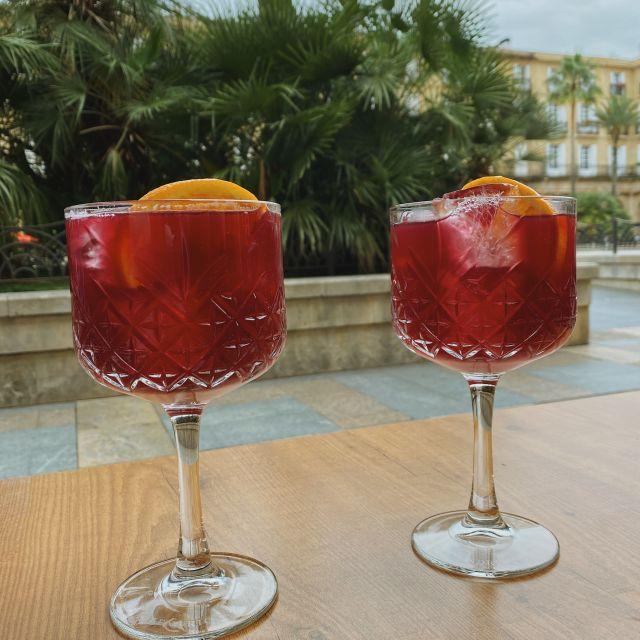 Zwei große Gläser Sangria stehen auf dem Tisch.