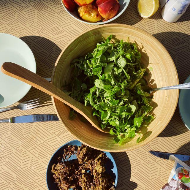 Eine große Salatschüssel steht auf dem Tisch