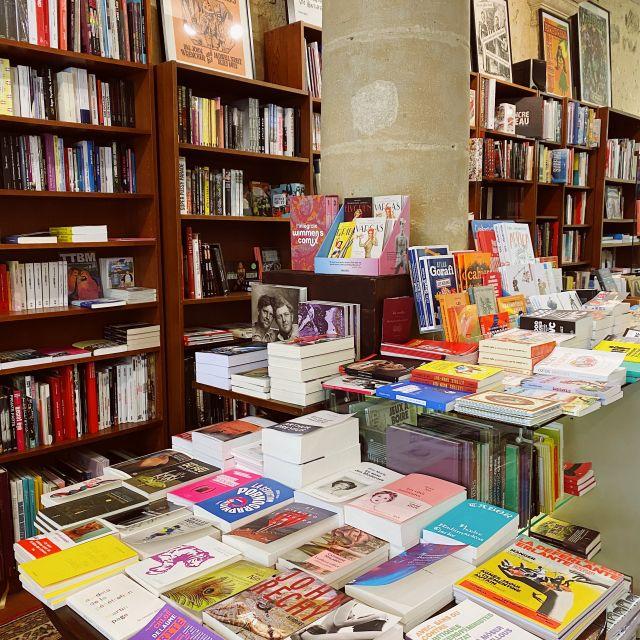 Ein Buchladen voller bunter Bücher.
