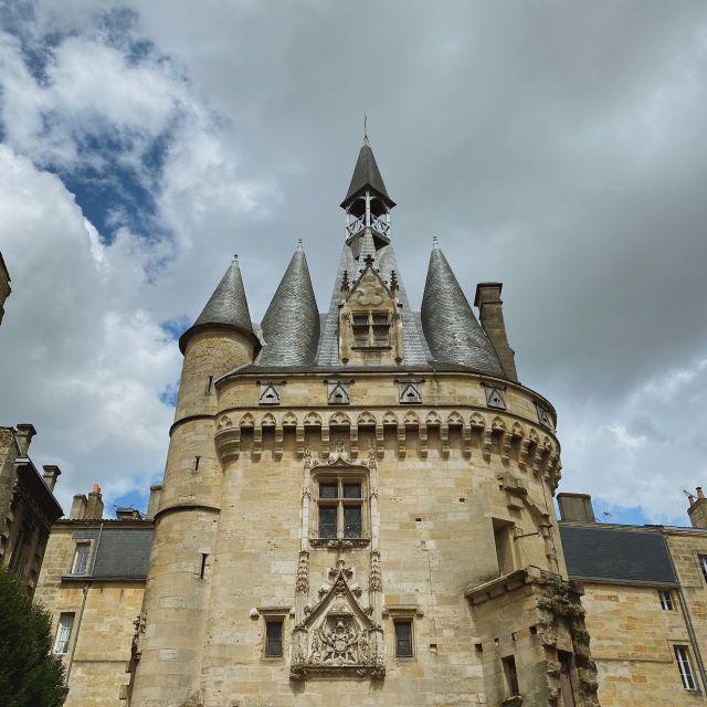 Ein Stadttor das mit seinen vielen Türmen an ein Schloss erinnert.